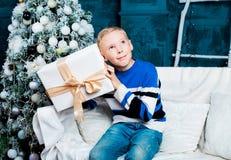 Muchacho con el árbol de navidad Foto de archivo