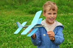 Muchacho con el aeroplano del juguete en manos Fotos de archivo