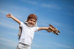 Muchacho con el aeroplano en fest del aire fotos de archivo libres de regalías