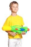 Muchacho con el arma de agua plástico Fotos de archivo