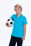 Muchacho con el balón de fútbol delante del fondo blanco Foto de archivo
