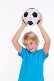 Muchacho con el balón de fútbol delante del fondo blanco Fotografía de archivo