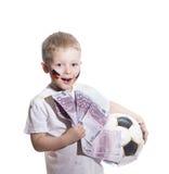 Muchacho con el balón de fútbol y el dinero del euro Fotos de archivo