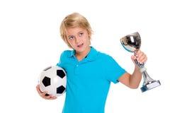 Muchacho con el balón de fútbol y taza delante del fondo blanco Imagen de archivo libre de regalías