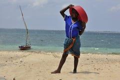 Muchacho con el barco en la isla en Mozambique Foto de archivo
