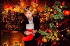 Muchacho con el calcetín de la Navidad fotografía de archivo