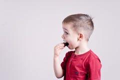 Muchacho con el caramelo fotografía de archivo