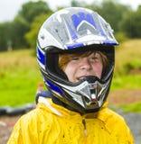 Muchacho con el casco en una pista karting del exterior Fotografía de archivo libre de regalías