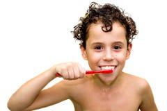 Muchacho con el cepillo de dientes (aislado) foto de archivo libre de regalías