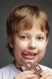 Muchacho con el chocolate fotografía de archivo libre de regalías