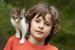 Muchacho con el gatito. Imagen de archivo