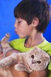 Muchacho con el gato Imagen de archivo libre de regalías