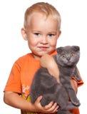 Muchacho con el gato Fotos de archivo