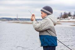 Muchacho con el giro en el río foto de archivo libre de regalías