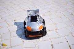 Muchacho con el juguete del coche en cama imagenes de archivo
