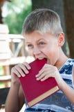 Muchacho con el libro Imágenes de archivo libres de regalías