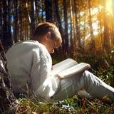 Muchacho con el libro al aire libre Foto de archivo