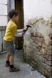 Muchacho con el martillo Fotografía de archivo