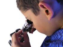 Muchacho con el microscopio Imágenes de archivo libres de regalías