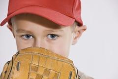 Muchacho con el mitón y la gorra de béisbol Fotografía de archivo libre de regalías