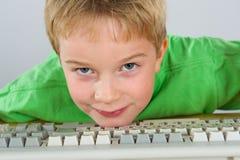 muchacho con el ordenador Imágenes de archivo libres de regalías