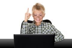muchacho con el ordenador portátil Fotografía de archivo