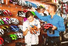 Muchacho con el padre que busca el casco Fotos de archivo libres de regalías
