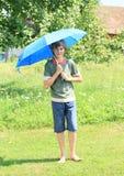Muchacho con el paraguas azul Fotos de archivo libres de regalías