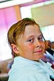 Muchacho con el pelo mojado en el peluquero Imagen de archivo libre de regalías