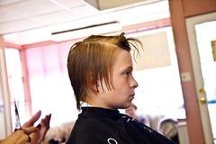 Muchacho con el pelo mojado en el peluquero Foto de archivo