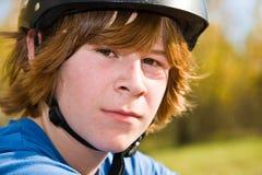 Muchacho con el pelo y el casco largos rojos foto de archivo libre de regalías