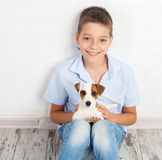 Muchacho con el perrito Imagen de archivo