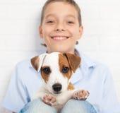 Muchacho con el perrito Imagenes de archivo