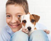 Muchacho con el perrito Fotos de archivo libres de regalías