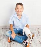 Muchacho con el perrito Imágenes de archivo libres de regalías