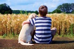 Muchacho con el perro casero Imagen de archivo libre de regalías