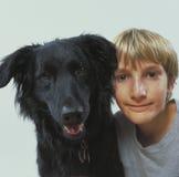 Muchacho con el perro de animal doméstico Foto de archivo