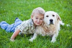 Muchacho con el perro perdiguero al aire libre Imagenes de archivo