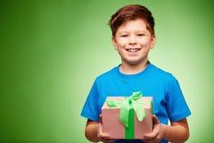 Muchacho con el presente Imagen de archivo libre de regalías