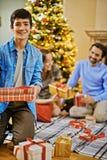 Muchacho con el regalo de Navidad Fotos de archivo