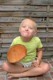 Muchacho con el síndrome hacia abajo que sujeta la seta anaranjada Fotografía de archivo