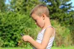 Muchacho con el teléfono móvil Fotografía de archivo