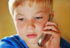 Muchacho con el teléfono móvil fotos de archivo