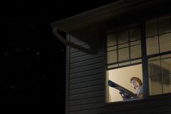 Muchacho con el telescopio que mira el cielo nocturno Imágenes de archivo libres de regalías