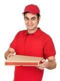 Muchacho con el uniforme rojo que entrega un rectángulo de la pizza Fotos de archivo libres de regalías