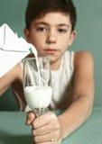 Muchacho con el vidrio de cierre de la leche encima del retrato Imagen de archivo