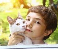Muchacho con la abrazo del gato de tom Imagenes de archivo