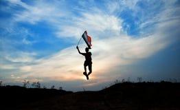Muchacho con la bandera nacional india Foto de archivo