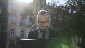Muchacho con la barba que trabaja en un ordenador almacen de metraje de vídeo