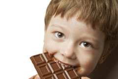 muchacho con la barra de chocolate Foto de archivo